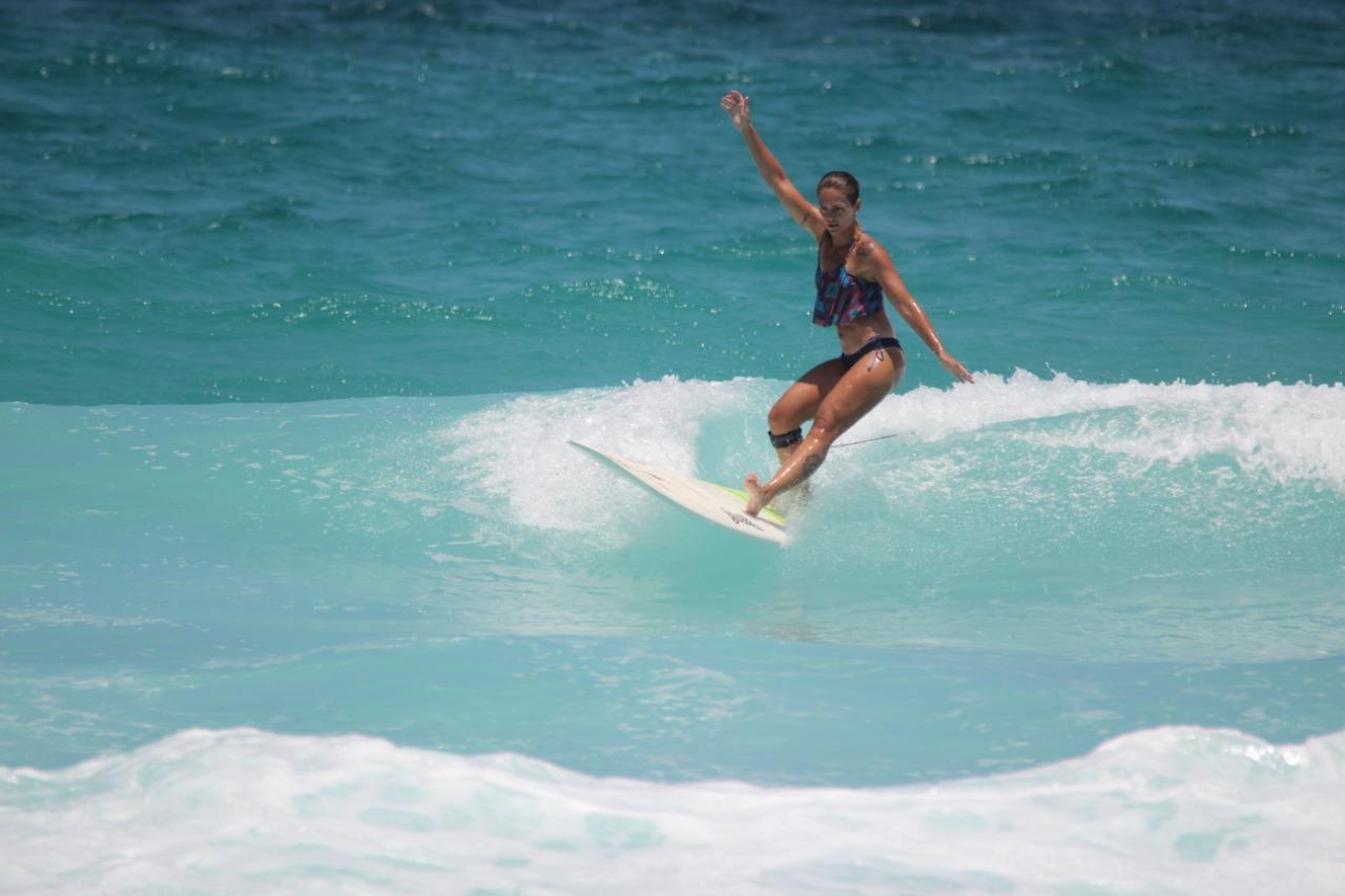 De pé na prancha: o surfe de Thiara Mandelli