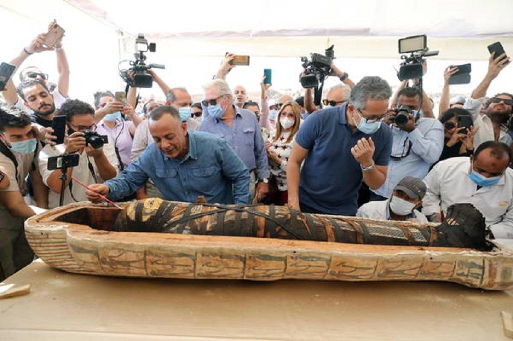 Egito abre sarcófago selado de 2,5 mil anos