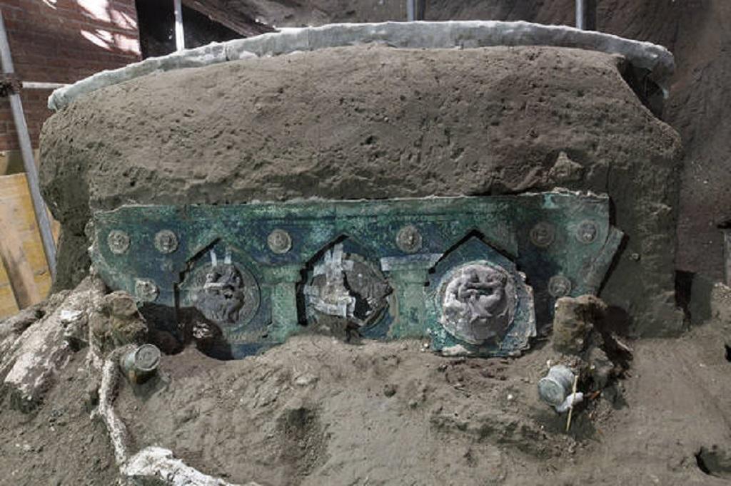Carruagem antiga é descoberta em Pompeia