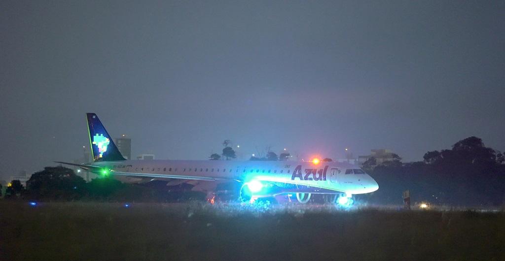 O som de baleia na decolagem do Embraer E195-E2