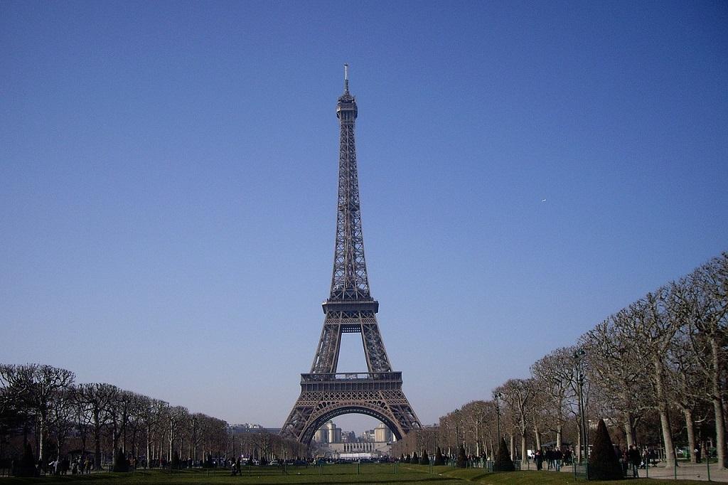 Torre Eiffel recebe turistas após prejuízo de € 120 milhões
