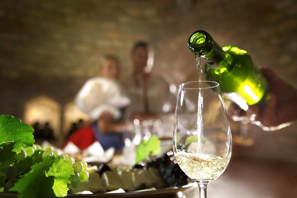 Setembro na República Tcheca é para se dedicar ao vinho. É quando começam as vindimas e é possível conhece adegas seculares